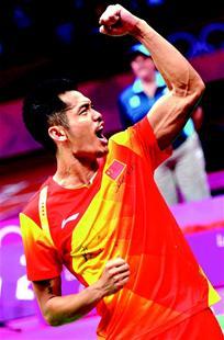 楚天金报讯 北京时间昨晚,伦敦奥运会羽毛球男子单打决赛硝烟散尽,林丹在先失一局,决胜局中18比19落后的情况下,2比1逆转李宗伟,成功卫冕奥运羽毛球男单金牌。