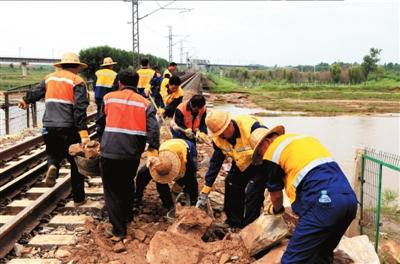 8月5日,山海关工务段职工在运输片石修路。新华社发