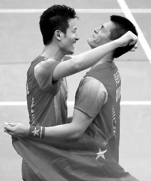 蔡�S(左)、傅海峰忘情拥抱