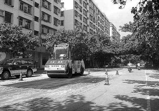 市政维修部门对破损路面铺设沥青