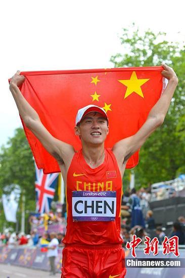 当地时间8月4日,在伦敦奥运会男子20公里竞走决赛中,中国选手王镇摘得一枚铜牌,另一位中国选手陈定夺金。图为陈定举起国旗。东方IC 版权作品 请勿转载
