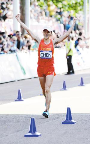 为中国代表团拿下本届奥运田径首金的云南籍选手陈定新华社 图