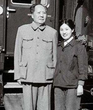 毛泽东与秘书张玉凤合影(资料图)