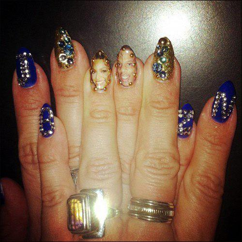 头像 碧昂斯/近日,碧昂斯大方的在推特上上传自己的最新指甲彩绘图案。