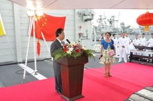 """随后,来宾们在甲板上品尝了中国美食,并争相同""""青岛""""号官兵合影留念。""""青岛""""号官兵的训练有素、整齐划一令来宾们赞不绝口,纷纷表示期待更多中国军舰来访。"""