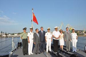 """中国海军""""青岛""""号导弹驱逐舰访问乌克兰并举行甲板招待会"""