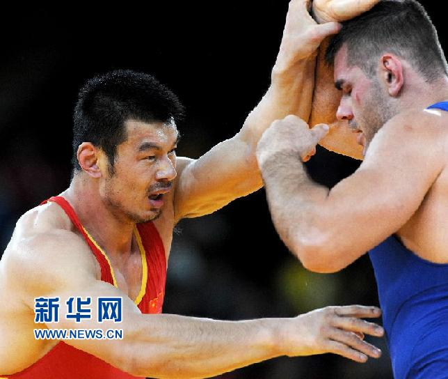 8月6日,刘德利(左)在比赛中。 当日,在伦敦奥运会男子古典式摔跤120公斤级资格赛中,中国选手刘德利不敌匈牙利选手戴阿克-巴尔多什。新华社记者李钢摄