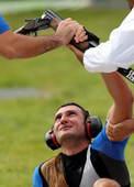 奥运图:男子飞碟双向小将加时险胜 被扶起来