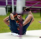 奥运图:男子飞碟双向小将加时险胜 开心倒地