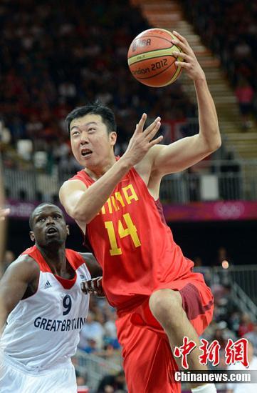 当地时间8月6日,2012年伦敦奥运会男篮小组赛,中国队以58:90负于英国。图为中国男篮队员王治郅在比赛中。Osport全体育图片社