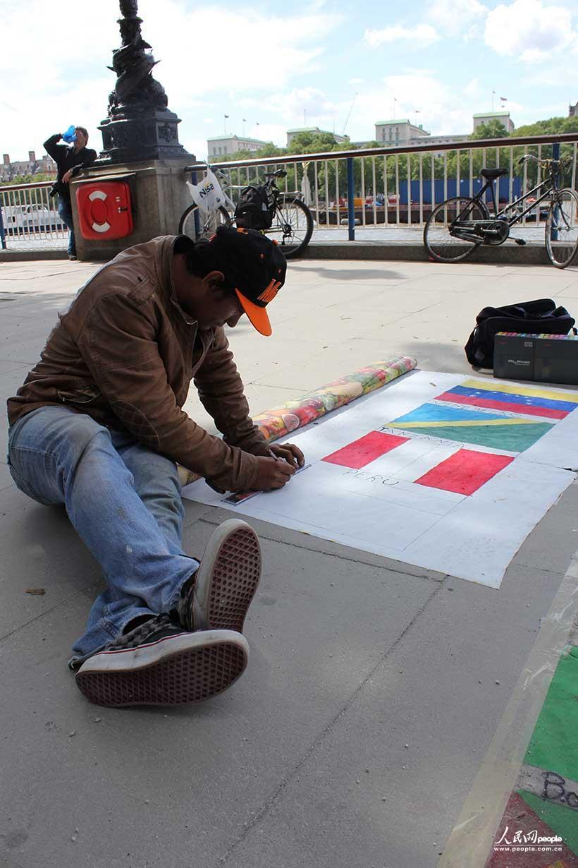 伦敦/泰晤士河边的画家手绘各国国旗