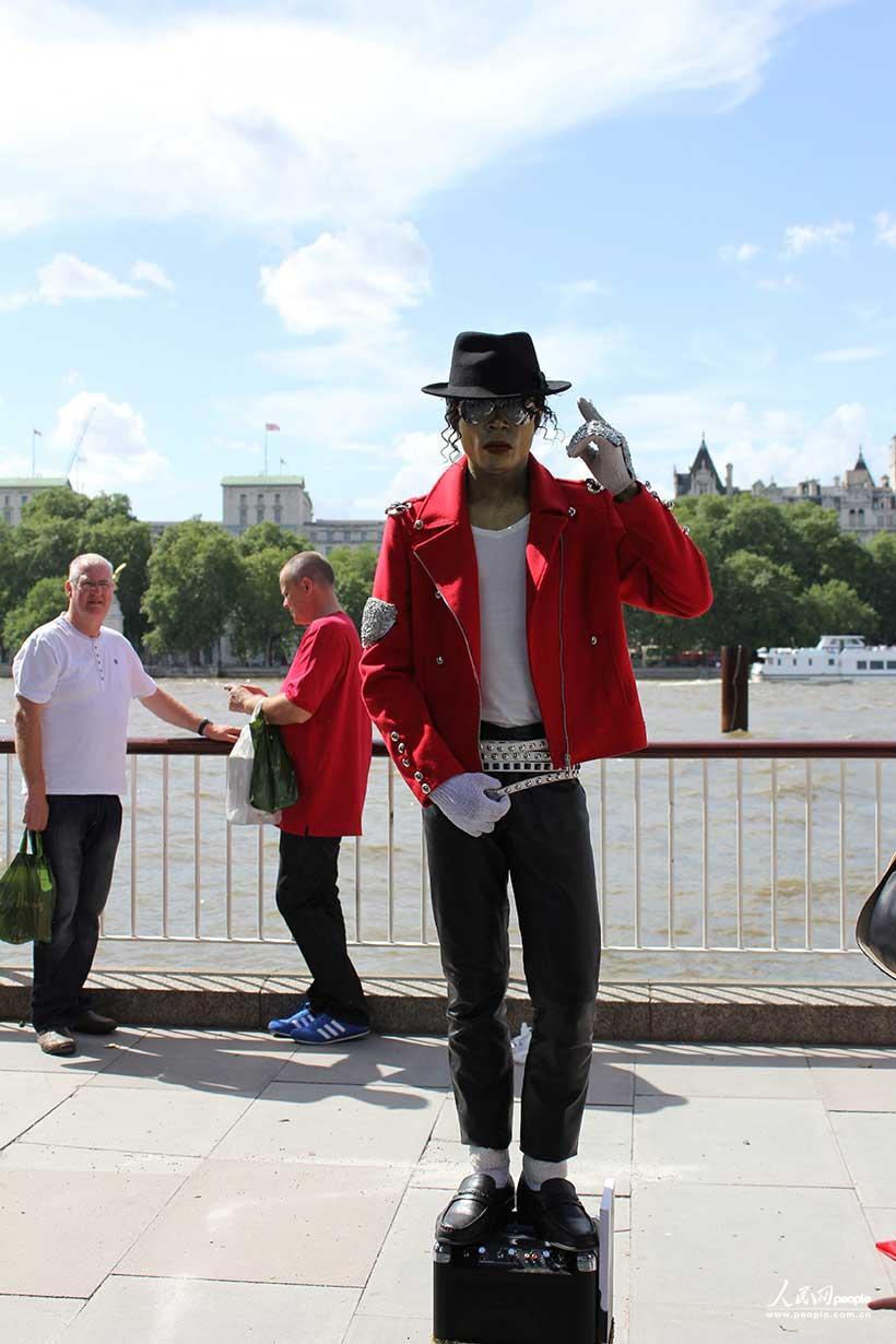 """伦敦/游客与""""憨豆先生""""合照"""