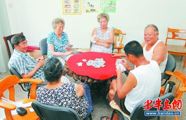 6日下午,海伦路街道海顺社区的居民们在活动中心打起扑克.