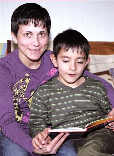 2009年,丘索维金娜与儿子在一起。 图/东方IC