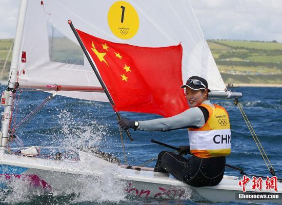 当地时间8月6日,2012伦敦奥运会帆船帆板女子激光雷迪尔级比赛中,中国选手徐莉佳获得金牌。Osport全体育图片社