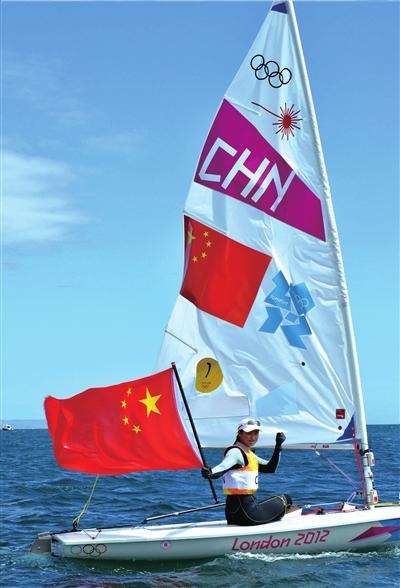 征服这片海后,徐莉佳挥起国旗,露出胜利的笑。新华社发