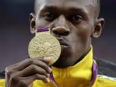 奥运图:博尔特获颁百米金牌 亲吻金牌
