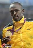 奥运图:博尔特获颁百米金牌 展示金牌