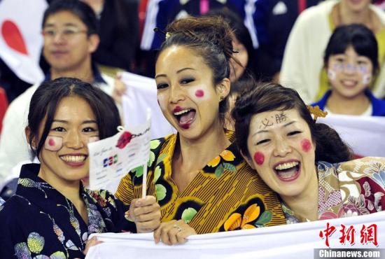 当地时间7月31日,2012伦敦奥运会女足小组赛,日本对阵南非。比赛现场身着和服的日本女球迷。东方IC 版权作品 请勿转载