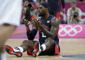 奥运图:美国男篮迎战阿根廷 詹姆斯倒地