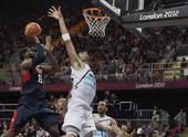 奥运图:美国男篮迎战阿根廷 詹姆斯上篮