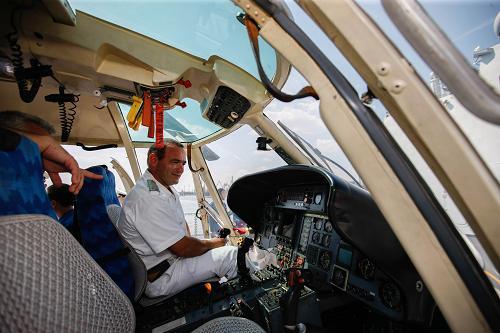 """8月6日,在保加利亚的瓦尔纳港,保加利亚海军军官在中国海军""""烟台""""号护卫舰上参观舰载直升机。新华社记者 周磊 摄"""