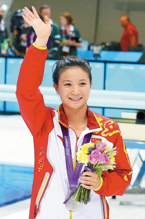 8月5日,中国选手何姿在颁奖仪式上。 新华社记者 凡 军/摄