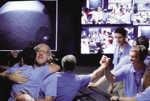 """工作人员庆祝""""好奇""""号火星车成功登陆火星。"""