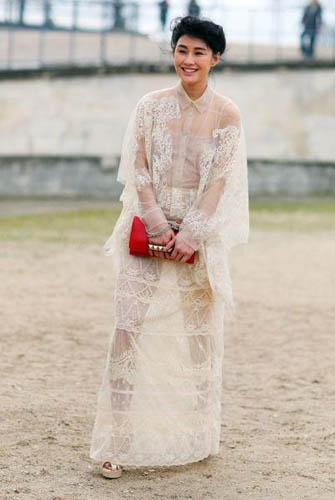 白色蕾丝透视长裙