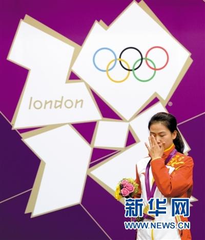 如愿获得奥运首金,易思玲在颁奖仪式上激动得落泪。新华社记者 李钢