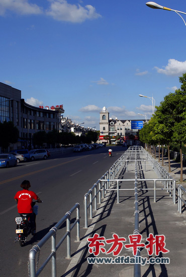 泗泾站外,泗宝路两旁的接驳站排队区域护栏安装到位。早报记者王辰 图