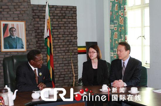 8月6日,津巴布韦副总统穆菊茹会见到访的新华社总编辑何平摄影:任杰图片