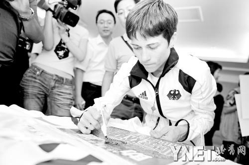 2008年北京奥运会期间,丘索维金娜曾来本报接受捐款并为本报签名