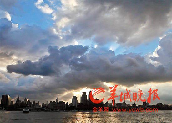 台风来临,乌云密布的上海黄浦江外滩新华社发