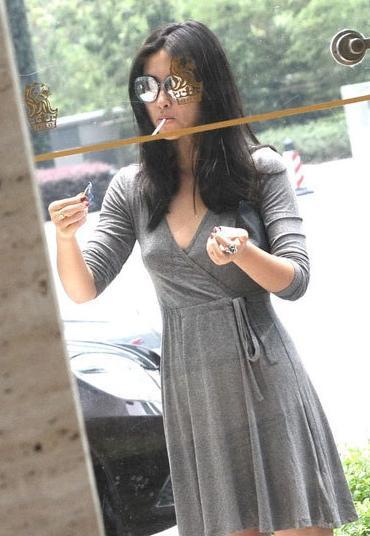 上海女主播朱珠酒店门前抽烟显颓废