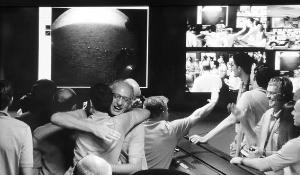 """收到""""好奇""""号从火星发回的信息,控制中心的科研人员欢呼雀跃。"""