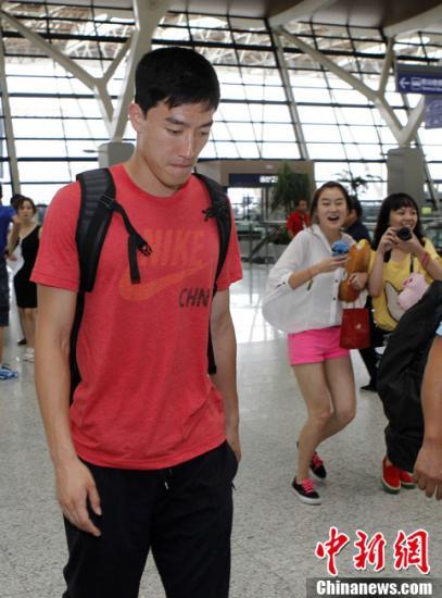 """7月11日,""""中国飞人""""刘翔从上海出发飞赴伦敦,参加钻石联赛伦敦站的比赛,并在那里为即将开始的奥运会做最后的备战。低调出征的刘翔在机场引来不少女粉丝的追捧。中新社发汤彦俊"""