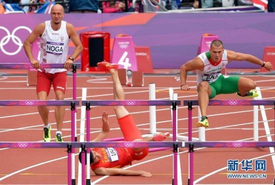 中广网北京8月7日消息 据中国之声《新闻晚高峰》报道,在伦敦奥运男子110米栏预赛中,中国选手刘翔在第六组出场,他在跨越第一个栏时摔倒,没有完成比赛。
