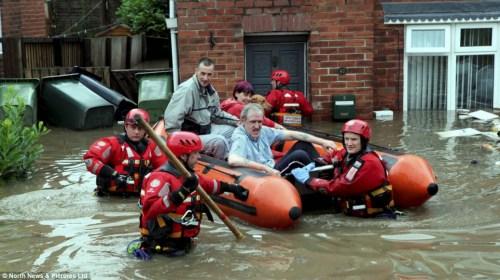 救援人员乘电动皮艇前往灾区救援