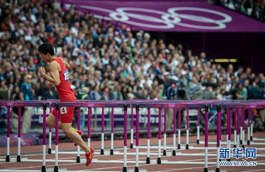 8月7日,刘翔摔倒受伤后单脚跳继续完成比赛。当日,中国选手刘翔在伦敦奥运会田径男子110米栏预赛中摔倒,无缘晋级。 新华社记者凡军摄