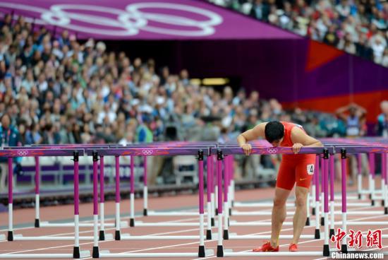 当地时间8月7日,伦敦奥运会男子110米栏预赛,刘翔意外摔倒无缘半决赛。记者 盛佳鹏 摄