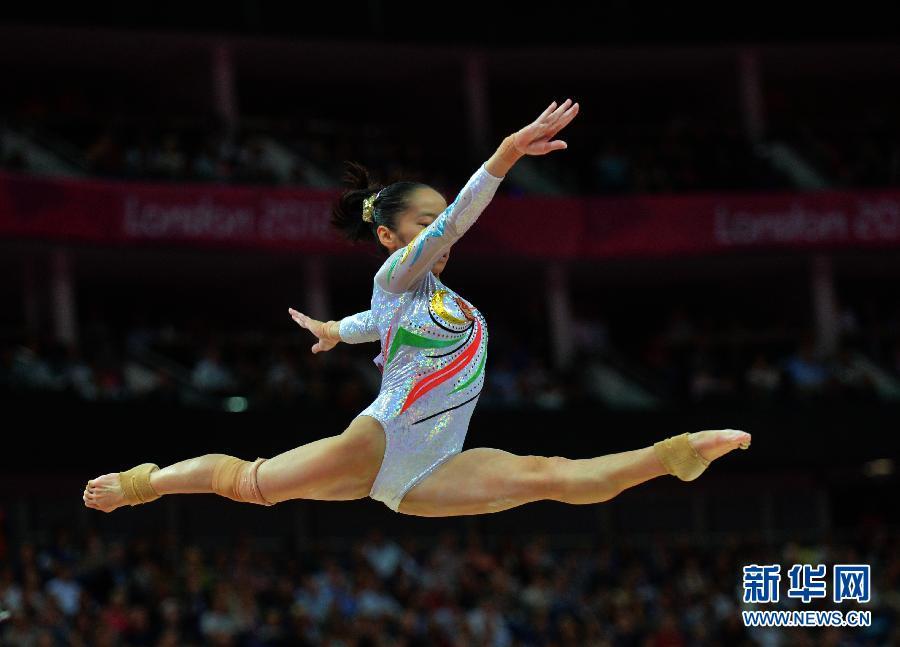 2012年8月7日,邓琳琳夺得平衡木冠军。图为,邓琳琳在比赛中。当日,在伦敦奥运会体操女子平衡木决赛中,中国选手邓琳琳以15.600分的成绩夺得金牌。 新华社记者 程敏