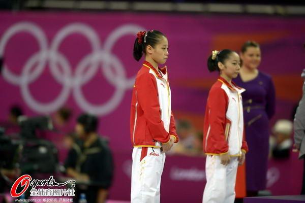 奥运图:女子平衡木邓琳琳夺金 颁奖台上