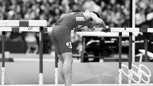 离开前,刘翔给栏架最后一吻。