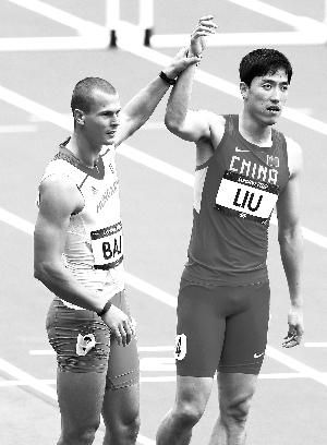 巴吉将刘翔的手高高举起。
