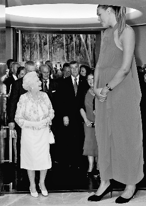 """英国女王一见到卡巴格,就认定她""""一定打篮球""""。"""