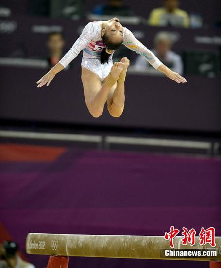 当地时间8月7日,伦敦奥运体操女子平衡木比赛,中国选手邓琳琳以15.600的成绩夺得冠军。图为邓琳琳在比赛中。图片来源:Osport全体育图片社
