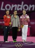 奥运图:自由体操莱斯曼夺冠 领奖台合影