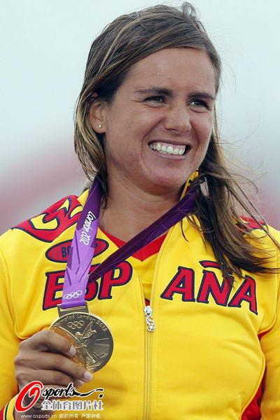 奥运图:西班牙老将帆船夺冠 开心笑