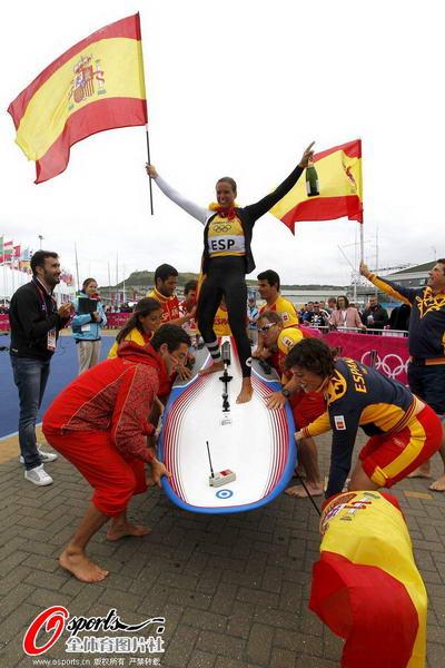 奥运图:西班牙老将帆船夺冠 庆祝